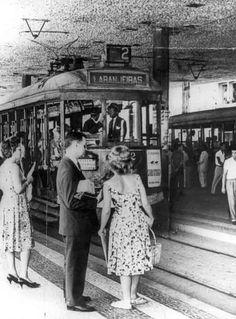 """Bonde Laranjeiras - 1960 O bonde da imagem percorria a linha 2 - Carioca-Laranjeiras, no Rio de Janeiro em 1960. No momento ele se encontra parado no terminal de bondes do Largo da Carioca, conhecido por """"Tabuleiro da Bahiana"""