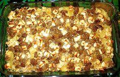 Griechischer Hackauflauf  Zutaten   1 m.-großeZwiebel(n) 1 Zehe/nKnoblauch 2 ELÖl 500 gHackfleisch (am besten vom Lamm, ansonsten gemischt) Salz und Pfeffer 2 TLPaprikapulver, edelsüß ½ TLThymian, getrocknet ½ TLOregano, getrocknet 200 mlWeißwein, trocken 500 gKartoffel(n) 250 gSchafskäse 250 mlSahne etwasFett für die Form