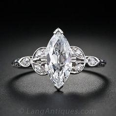 Un super alta calidad 1.18 quilates antigua marquesa de corte de diamantes es la estrella de este anillo de compromiso de diamantes de platino de la vendimia impresionante. El diamante está acompañado por un informe GIA indicando el color D, claridad VS2. Tres pequeños diamantes acento se fijan en uno y otro lado, y aún más mejorado con un diseño decorativo por cada hombro. Un anillo de compromiso de la vendimia raro y maravilloso.