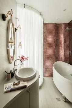 Душевые кабины: 60+ практичных решений, которые преобразят ванную комнату http://happymodern.ru/dushevye-kabiny-v-malenkix-vannyx-44-foto-udobnoe-i-praktichnoe-reshenie/ Для экономии места вместо дверей душа можно использовать раздвижные занавески
