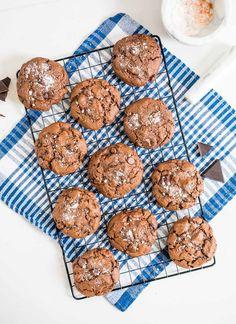 Galletas de chocolate con sal de mar Cereal, Muffin, Cookies, Dishes, Breakfast, Desserts, Chocolate Blanco, Sweet Recipes, Food