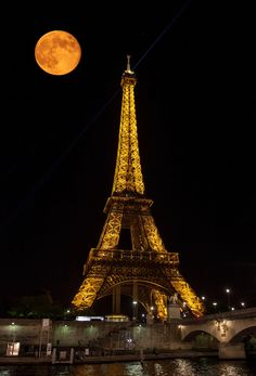 Full #Moon in Paris - And now we know exactly why the City of Lights is Romantic. It just doesn't get any better than this.