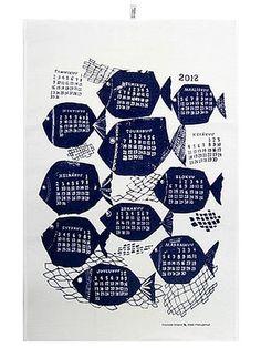 Tiedätkö, mikä pieni ja käytännöllinen kodintekstiili on myös retrosta ja vintagesta kiinnostuneiden sisustajien suosikki? Mummolasta tuttu kalenteripyyhe. Vuosikalenteripyyhkeitä keräävät niin tavalliset perheenäidit kuin vanhoista tekstiileistä kiinnostuneet.