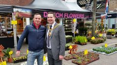 We have had a special visitor at the #gloucester international market! Here Chris from Dutch Flowers on Tour poses with the Mayor!