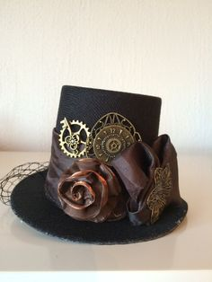 "This steampunk mini hat is called ""just a matter of time"" http://steampunk-heaven.nl/product/steampunk-mini-hoed-just-a-matter-of-time-zwart/"