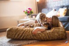 Wau-Sleep...bequem für Hund & Mensch !!! 😍 Durch unser eigens von uns entwickeltes 2-Kammer-System passt sich das Bett optimal der Körperform an und unterstützt dort, wo Unterstützung benötigt wird.😘 ...und Gruppenkuscheln ist sowieso das beste Kuscheln...😍😍😍 . . Pepe´s Tipp: konfiguriere jetzt deinen ganz persönlichen Adventskalender mit deinem Lieblingsprodukt auf www.emmyundpepe.com . . . . #emmyundpepe #waueffekt #hund #hundeliebe #hundeleine #hundehalsband #halsband #tauhalsband… Bean Bag Chair, Blanket, Home Decor, Dog Leash, Cuddling, Bed, Decoration Home, Room Decor, Bean Bag Chairs