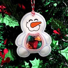 Snowman Peekaboo Treat Bag in the hoop machine embroidery Machine Embroidery Patterns, Embroidery Fonts, Embroidery Store, Machine Applique, Vintage Embroidery, Ribbon Embroidery, Felt Christmas, Christmas Ornaments, Crochet Christmas Decorations
