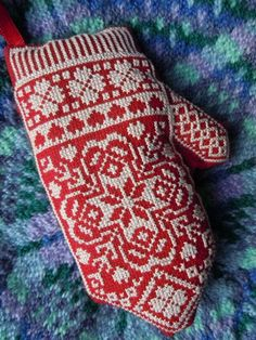 I just love this pattern. I'd love to work it, on anything but mittens. It so  different from some of the other ones I've done. A hat would be more my speed.