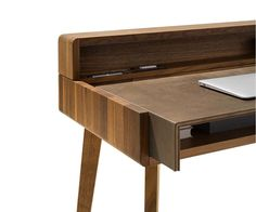 sol desk made of solid wood in walnut Detail image