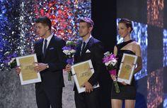 Skifař Ondřej Synek se klaní publiku poté, co tančil na slavnostním vyhlášení novinářské ankety Sportovec roku