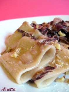 Una molto buona ricetta che offre un molto buono piatto! - Ricetta Portata principale : Paccheri al radicchio, scamorza affumicata e noci da Arietta Italian Dishes, Italian Recipes, Pasta Recipes, Cooking Recipes, Food Humor, Pasta Dishes, Food Inspiration, Love Food, Food Porn