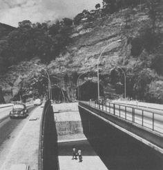 foi um RIO que passou » Blog Archive » Túnel Rebouças a série, cap. III Nossa última foto de hoje mostra com detalhe os viadutos separados, e a boca das galerias Cosme Velho-Lagoa, o túnel ainda opera só com uma faixa de rolamento funcionando