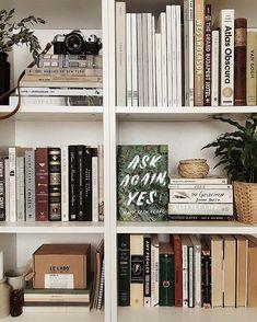 17 Stylish Ways to Display Bookshelves w. - 17 Stylish Ways to Display Bookshelves with a Lot of Books Styling Bookshelves, Bookshelves In Bedroom, Decorating Bookshelves, Bookshelf Design, Bookshelf Ideas, Best Bookshelves, Book Shelf Bedroom, Apartment Bookshelves, Office Bookshelves