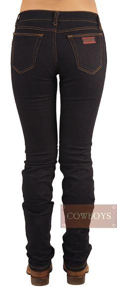 Calça 20X wrangler Feminina Slim Fit Lavada Azul Escura Tradicional com Stretch   Calça Jeans Feminina 20X wrangler Azul Escura. Corte tradicional com barra reta que permite o uso de botas sem marcar. Modelo Slim Fit ( Pernas mais ajustadas). Cintura no lugar com tecido confeccionado em Jeans 84% Algodão, 14% Poliéster e 2% Elastano que permite melhor elasticidade, vestindo com melhor ajuste o corpo feminino. Moda Country, Looks Country, Black Jeans, Fashion, Women's Cropped Jeans, Hourglass, Trousers Women, Dark Blue, Legs