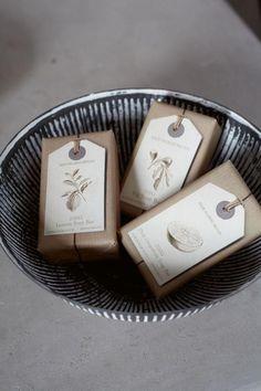 Utilize etiquetas com a sua marca e informações do sabonete artesanal