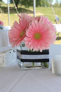 Daisy centerpiece - only with hot pink Gerbera daisy and zebra ribbon Kate Spade Party, Kate Spade Bridal, Gerbera Daisy Centerpiece, Gerbera Bouquet, Pink Gerbera, Fete Marie, White Baby Showers, Gerber Daisies, Pink Daisy