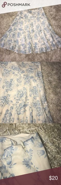 Blue floral women's skirt This is a women's white skirt with a blue floral design and a zipper in the side.  It is in good condition and is a size 6 women's. Chaps Skirts
