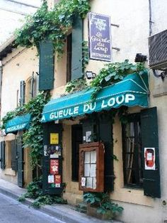"""ARLES - Gueule du Loup - 39 rue Des Arènes 13200 Arles Phone : 04 90 96 96 69 There are no bobbins to pull here and no latches to go up. This little house built in 1780 offers no danger to Little Red Riding Hoods all they have to do is choose between the two dining rooms, one facing the ground floor kitchen and the other with exposed stone walls on the first floor. There's no grandma's food at the """"Wolf's Mouth"""" either, just well-made, friendly-priced southern fare concocted with fresh…"""