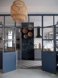 Schöne Küche die durch ein großes Glasdach vom restlichen Raum getrennt ist. #cu