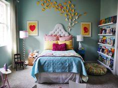 Яркие бумажные бабочки на стене в комбинации с яркими картинками украсят комнату девочки