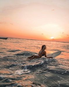 Girl surfing at sunset Hawaii Surf, Beach Aesthetic, Summer Aesthetic, Summer Pictures, Beach Pictures, Surfergirl Style, Fuerza Natural, Surfing Pictures, Surf Style
