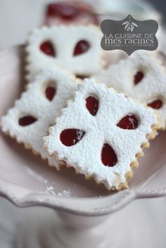 Ultra shortbread biscuits with jam 1 . Desserts With Biscuits, Cookie Desserts, Cookie Recipes, Fruit Biscuits, Shortbread Biscuits, Biscuit Cookies, No Bake Cookies, Yummy Cookies, Algerian Recipes