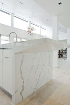 Discover one of Sydney's most respected and talented luxury kitchen designers. Specialising in modern luxury kitchens for Sydney homes. Old Kitchen, White Kitchen Cabinets, Kitchen Decor, Kitchen Images, Kitchen Photos, Kitchen Designs, Beach Lighting, Kitchen Showroom, High End Kitchens