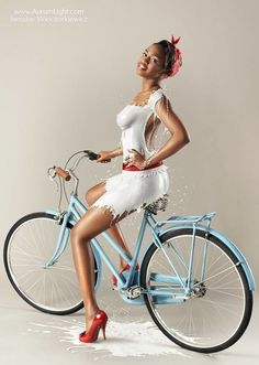 Klasyczna sesja pin-up z modelkami ubranymi w… mleko