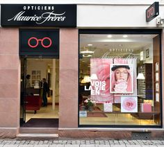 Vitrine Opticiens Maurice Frères - avril 2016 : Je vois la vie en ... #opticiens #opticien #lunettes #sunglasses #vitrines #windows #pink #flowers #LaVieEnRose Store Signage, Glass Store, Optical Shop, Maurice, Sales And Marketing, Store Fronts, Retail Design, Visual Merchandising, Store Design