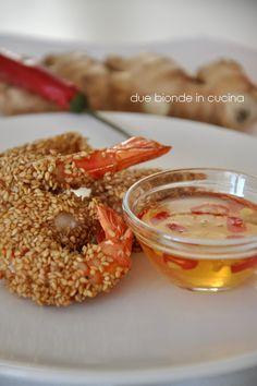 Antipasti di gamberi al sesamo con salsa agrodolce