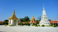 Tuk tukiem przez Phnom Penh czyli zwiedzamy stolicę Kambodży. W planie Pola Śmierci, Więzienie S-21, Pałac Królewski, Wat Phnom oraz... posiłek nie wiadomo z czego. Więcej szczegółów na: http://smieszynkatravel.com/tuk-tukiem-przez-phnom-penh/ #kambodża #phnom #penh #cozwiedzić #pola #śmierci #s-21 #tuol #sleng #wat #phnom #pałac #królewski