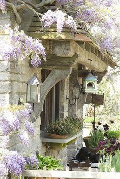 Une ferme en France avec son architecture particulière, ses glycines et ses maisons d'oiseaux.