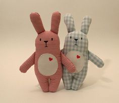 * Rabbit Willi * is a real lucky rabbit. He not only has his heart on the right … - Stofftiere Sewing Toys, Sewing Crafts, Sewing Projects, Baby Crafts, Crafts For Kids, Lucky Rabbit, Diy Bebe, Plush Animals, Baby Decor