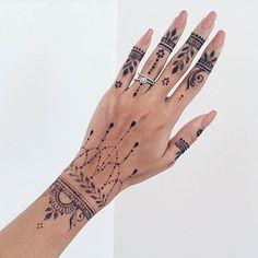 Henna Tattoo Designs: Beautify Your Skin With The Real Art Zovqunuze uygun xina naxishlari cekilirelaqe . Henna Tattoo Hand, Henna Tattoo Muster, Henna Art, Henna On Hand, Cute Henna Tattoos, Tribal Hand Tattoos, Hena Tattoo, Jagua Tattoo, Paisley Tattoos