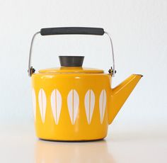 Time for tea . Cathrineholm Yellow Teapot Lotis Pattern by bellalulu on Etsy my New favorite Yellow T-Kettle. Yellow Teapot, Deco Retro, Retro Vintage, Vintage Kitchenware, Shades Of Yellow, Colour Yellow, Chocolate Pots, Mellow Yellow, Bright Yellow