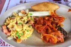 Desayuno Via Argentina (Via Argentina Breakfast): scrambled eggs, white cheese, carimañola and steak served with onions.