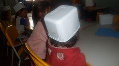 Reutilizando potes de sorvete para coleta seletiva em sala de aula. Fizemos com as seis cores básicas. As crianças adoraram.