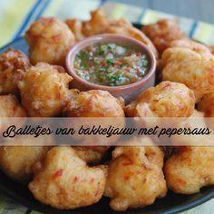 Antilliaanse balletjes van bakkeljauw met pepersaus. Heerlijk als snack, op een feestje of 'gewoon' bij het avondeten!