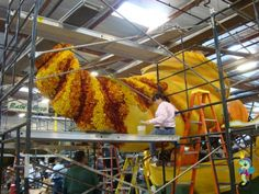 How they make Rose Bowl parade floats.  Amazing!! Right down to the last olive pit.