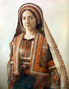 Ramallah - رام الله : A Ramallah woman in Thobe and Sfadeh, early 20th c. - colourised 2