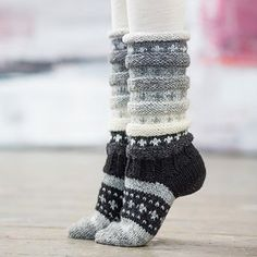 A variation of the rainbow sock. This knit in shades of gray. Knit on needle 4 in Embla – Hifa 3 Wool yarn – wool,… Crochet Socks, Knitted Slippers, Slipper Socks, Knitting Socks, Hand Knitting, Knit Crochet, Woolen Socks, Rainbow Socks, Patterned Socks