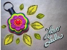 Schlüsselanhänger von Hono Lulu (dawanda) bzw. fummelhummel Taschenbaumler Button Applikation Nähen Blume Prilblume Häkelblume Filz Cam Snaps bunt retro lila pink rot orange grün rosa