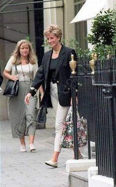 PRINCESS DIANA son coiffeur - DANIEL GALVIN à MAYFAIR _ Princess Diana au Harvey Nichols Department Store _ Septembre 1994 - Hello magazine Princess Diana privé holiday au 'Martha's Vineyard' islan...