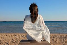 8482703-woman-in-white-dress-back-sitting-on-beach-by-sea.jpg (400×268)