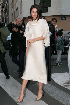 We love Selena Gomez's head turning, always winning street style! The actress and singer looks amazing, giving us some serious fashion inspiration. We love this all white outfit! Selena Gomez Fashion, Selena Gomez Outfits, Selena Gomez Trajes, Selena Gomez Style, Selena Gomez White Dress, Selena Selena, Celebrity Red Carpet, Celebrity Style, Street Style Inspiration