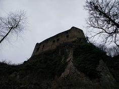 Die Herren wussten damals schon weshalb sie ihre Schlösser und Burgen genau an diese Plätze bauten. Jeder der zu Besuch kommt fühlt sich automatisch klein sehr klein. Und wer kein willkommener Besucher ist hat kaum eine Chance die Burg lebend zu erreichen.  #Gilgenberg#castles #history #ruin #middleages #medievalism #castlelovers  #Naturmomente #Schwarzbubenland #Schweiz  #photooftheday #magicplaces #kraftorte #switzerland #switzerlandpictures #magicswitzerland  #nature #naturelovers #forest…