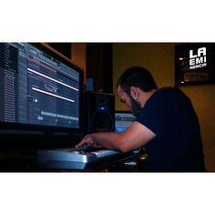 Via Instagram LAEMINENCIAreal La felicidad? En 7 pasos: Do Re Mi Fa Sol La Si. Buenos días! Trabajando @laqadramusic - - -  Sigue viendo y escuchando lo nuevo #ParaQueMentirnos Link aquí @laqadramusic #tw