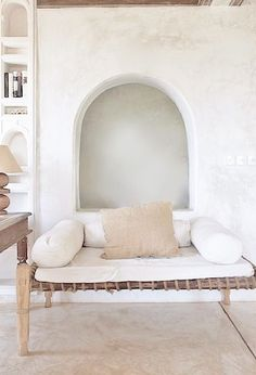 African interior with bench seating and white walls Interior Exterior, Interior Architecture, Home Living, Living Spaces, African Interior, Interior Minimalista, Tadelakt, Global Style, Interior Decorating