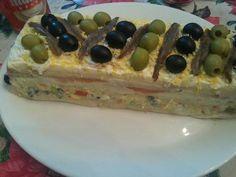 Pastel frío de pan de molde, salmón y surimi