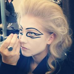 Make-up artists painted a picture on a blank canvas © ELLE Beauty Team / Instagram